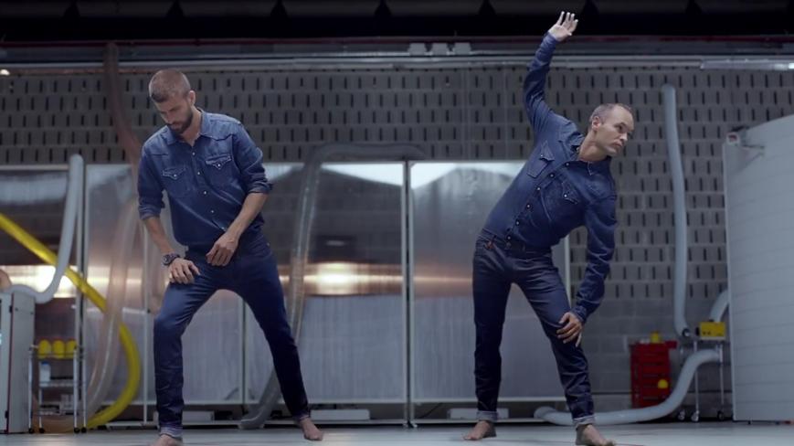 FC Barcelona Gerard Pique und Andres Iniesta Dehnübungen für den HYPERFLEX TEST