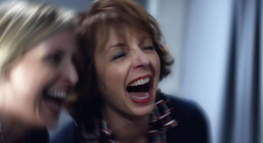 Emirates A380 Werbung 2015 mit Jennifer Aniston Bordpersonal macht sich lustig